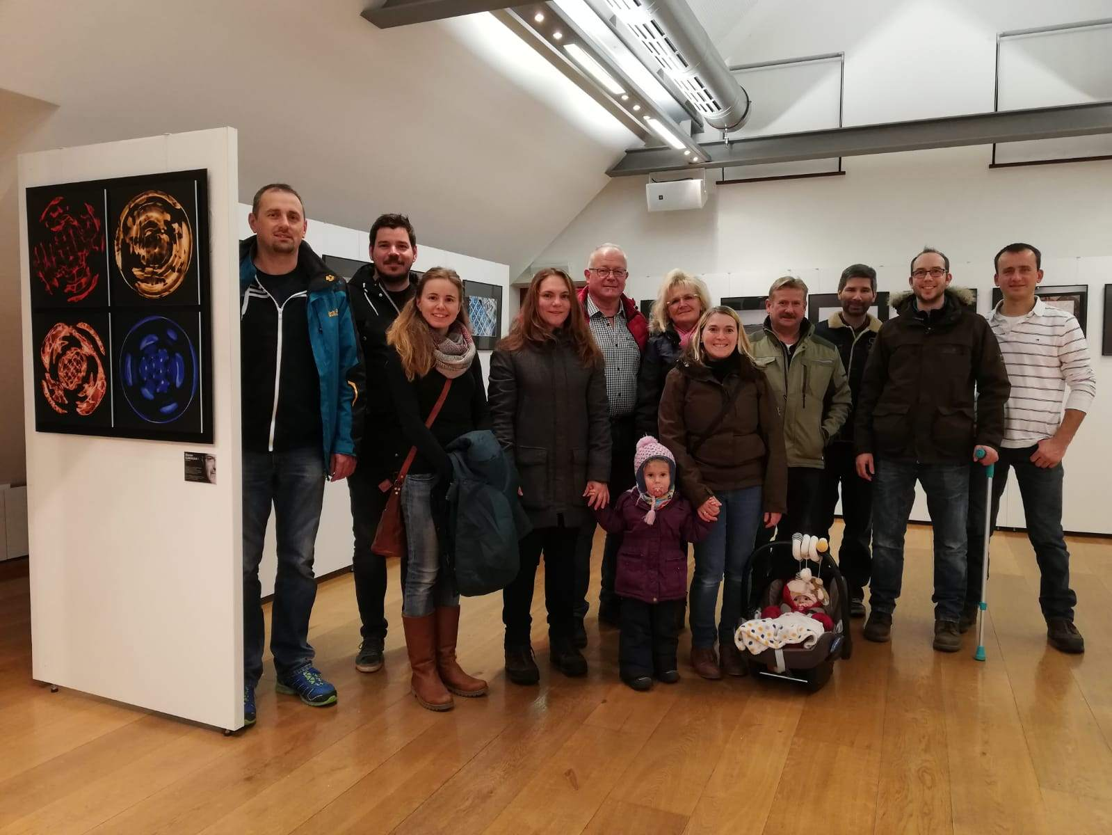 Besucher der Ausstellung der Fotofreunde Dingolfing